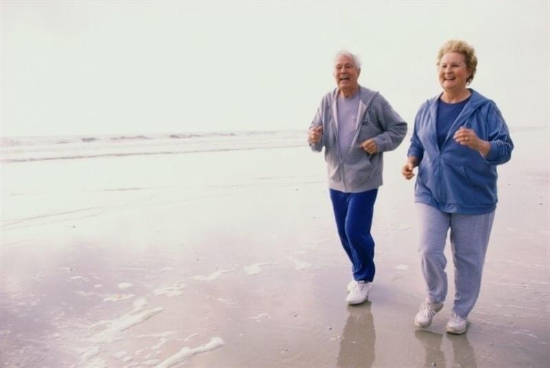 Artritis: cuidados al caminar y utensillos de ayuda